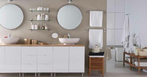 grand-armoire-blanc-en-bois-avec-deux-miroir-et-un-petit-étagère-à-côté