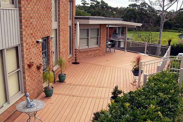 grande-maison-terrasse-en-bois-composite