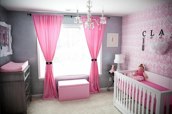 idée-de-décoration-de-la-chambre-de-bebe-avec-des-papier-peitne-en-rose