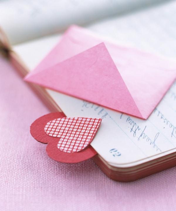idee-cadeau-st-valentin-avec-des-coeur-pour-une-livre