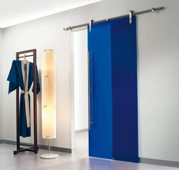 intérieur-design-pour-votre-salle-de-bain-en-bleu-et-une-porte-en-applique