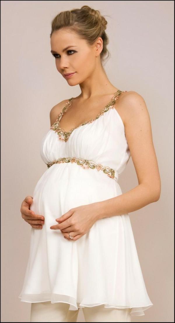 jolieètunique-en-blanc-pour-votre-silhuette-de-grossesse