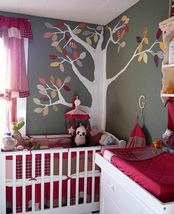 jolie-décoration-et-design-de-la-chambre-deu-bebe-avec-un-arbre-peinture-mural