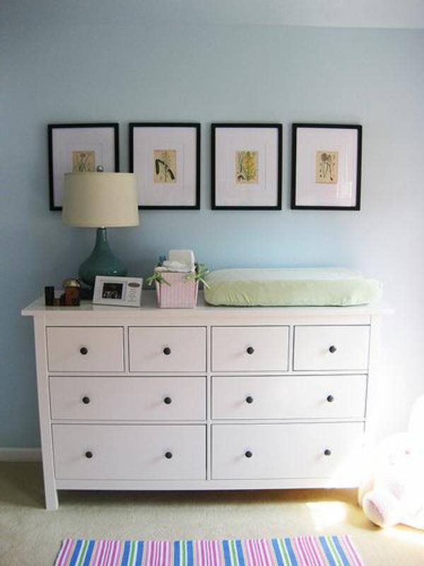 jolie-grand-armoire-et-décoration-avec-des-photos-sur-le-mur