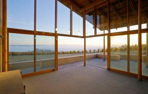 jolie-idée-pour-une-maisonsans-mur-seulement-avec-des-vitres-et-construction-en-bois