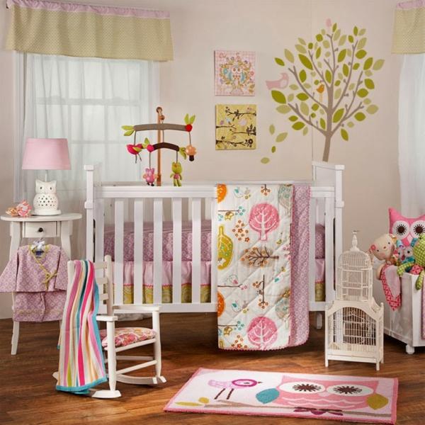 jolie-stickers-pour-la-chambre-de-bébé-avec-un-arbre-vert