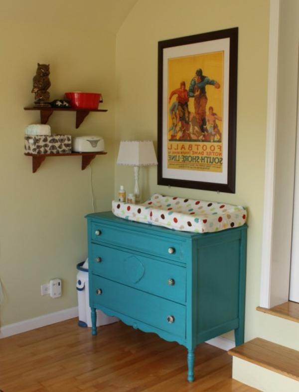 jolie-table-en-bleu-avec-du-matelas-avec-des-points