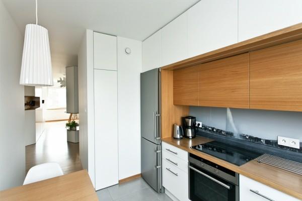 la-cuisine-du-pilote-avec-plus-de-bois-sur-le-plat-de-travail-et-pas-beaucoup-d'espace