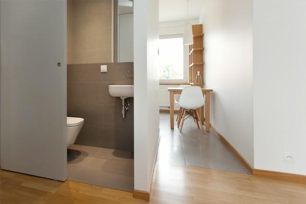 la-salle-de-bain-dans-cet-appartement-unique-en-bois-et-forme-propre