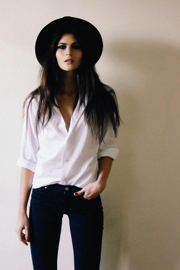 le-chapeau-noir-est-a-la-amode-dans-une-combinaison-avec-des-pantalons-noir