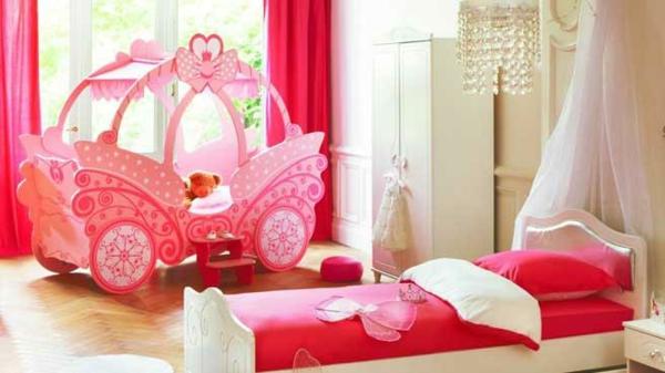 Le lit carrosse nous rappelle la magie de l 39 enfance - Chambre petite fille originale ...