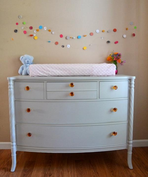 magnifique-idée-de-table-a-langer-pour-bebe-avec-des-motif-coloré