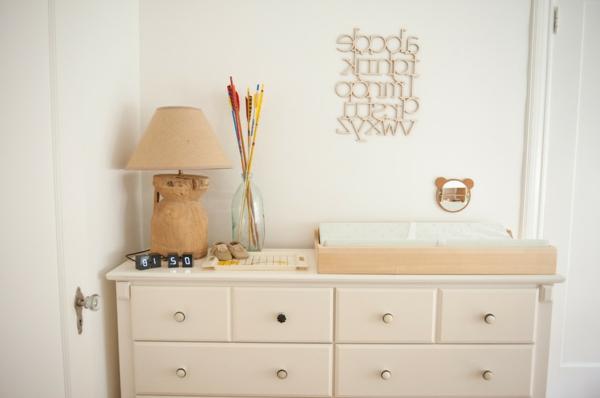 magnifique-table-beige-pour-le-bebe-en-style-écologique