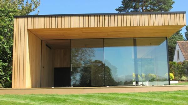 maison-cube-avec-une-architecture-unique-et-des-éléments-en-bois-et-une-porte-coulissante