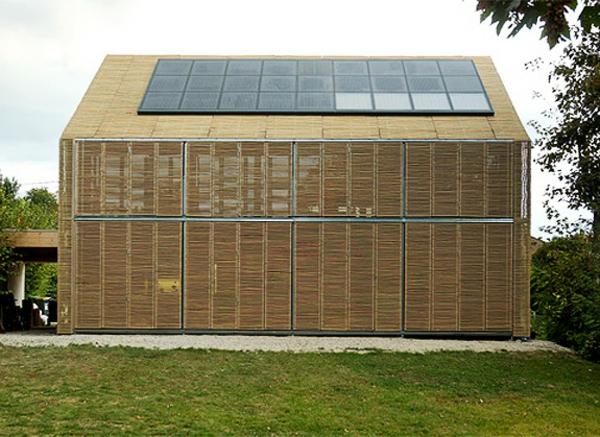 maison-du-bambou-avec-des-baeries-solaires