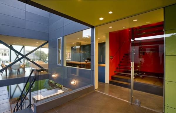 maisons-contemporaines-escalier-flottant-et-un-mur-rouge