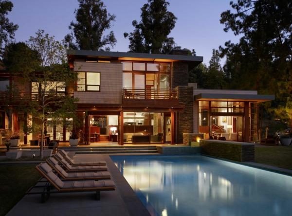 maisons-contemporaines-piscine-chaises-longues