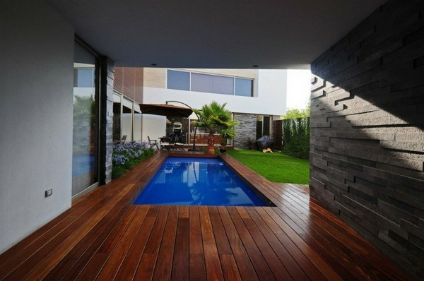 maisons-contemporaines-piscine-en-bois-rectangulaire