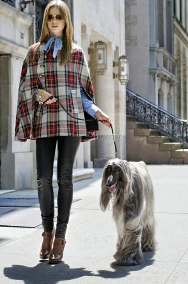 manteau-cape-courte-et-pantalon-en-cuir-noir