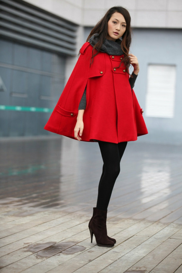 manteau-cape-modèle-rouge-motifs-militaires