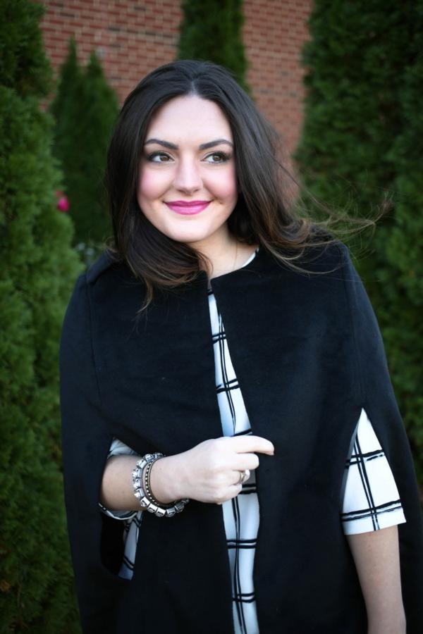 manteau-cape-noir-formes-épurées