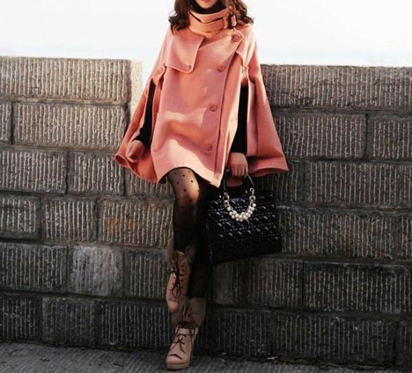 manteau-cape-rose-et-un-sac-noir