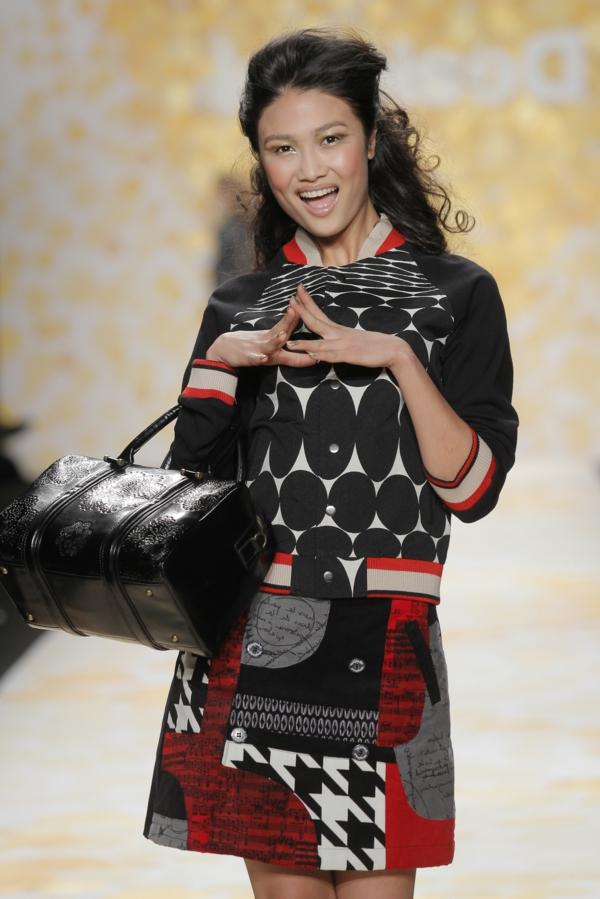 manteau-desigual-design-stylé-en-rouge-et-noir