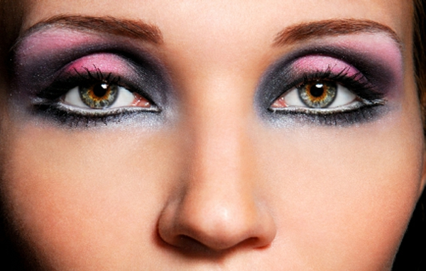 maquillage-smokey-eyes-des-paupières-en-rose-et-bleu