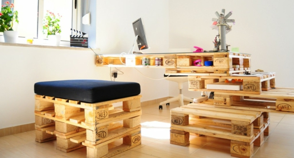 Chambre Loft Bébé : meubles en palettes, bureau original en bois