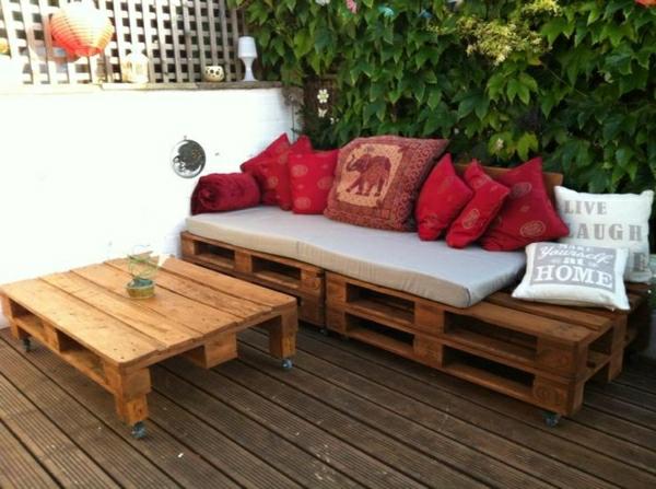 meubles-en-palettes-une-table-et-un-sofa-en-palettes
