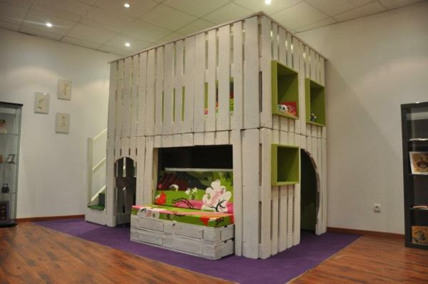 meubles-en-palettes-maison-d'enfants-en-palettes-blanches