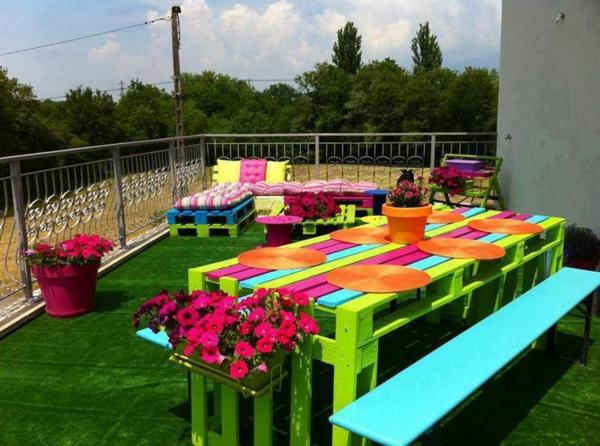 meubles-en-palettes-mobilier-pour-l'extérieur-coloré