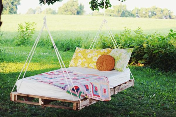 meubles-en-palettes-un-lit-pour-l'extérieur