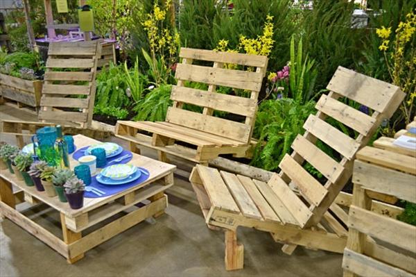 meubles-en-palettes-une-table-et-des-chaises-pour-l'extérieur