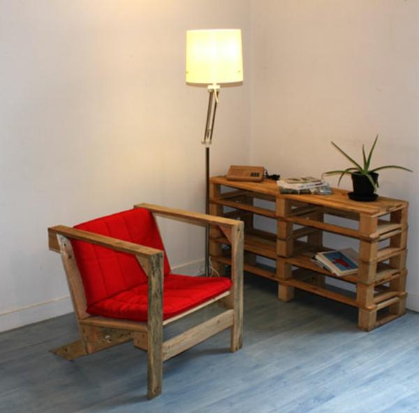 meubles-en-palettes-chaise-et-coussin-rouge
