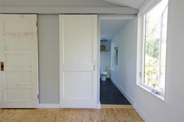 minimaliste-porte-coulissante-pour-la-salle-de-bain-blanche