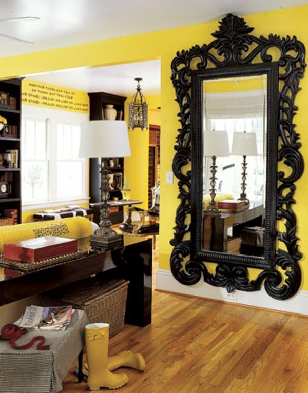 miroir-baroque-cadre-noir-un-intérieur-jaune