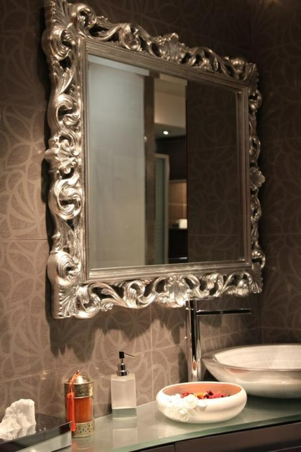 Le miroir baroque est un joli accent d co for Tres grand miroir