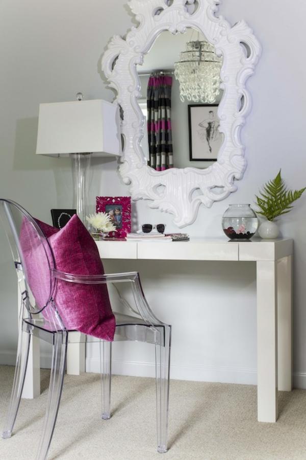 miroir-baroque-table-coiffeuse-et-une-chaise-transparente-moderne