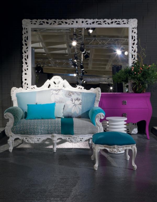 miroir-baroque-un-grand-miroir-baroque-sofa-vintage-en-blanc-et-bleu