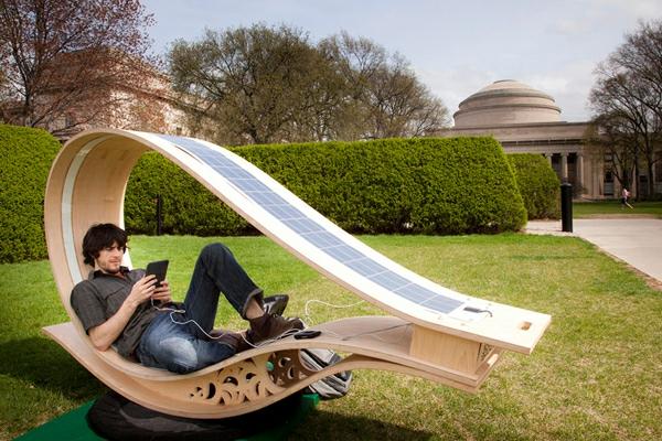 mobilier-urbain-la-chaise-balance-avec-panneau-solaire