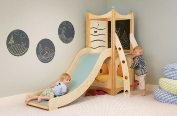 moderne-ameublement-pour-la-chambre-de-bebe-et-une-chute-en-bois