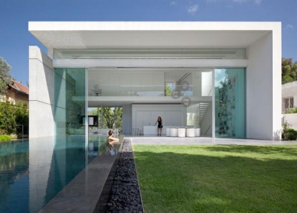moderne-piscine-et-une-maison-cube-avec-architecture-unique-en-blanc-et-des-portes-coulissante-vintée-