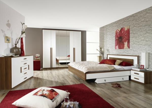 original-meuble-en-rouge-avec-des-coussins-pour-décoration-avec-des-armoires-et-des-étagères