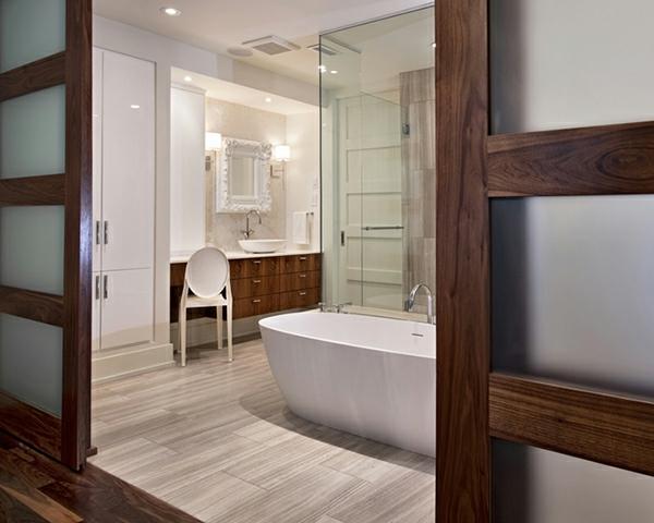 original-salle-de-bain-élégante-en-bois-foncé-et-blanc-pour-une-ambiance-unique