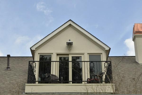 petite-porte-coulissante-vintée-pour-la-terrasse-dans-la-ville-et-les-petits-apartements-manscarde
