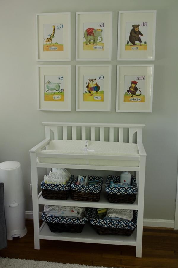 petite-table-a-langer-pour-le-bebe-vintage-et-décoration-avec-des-peinture