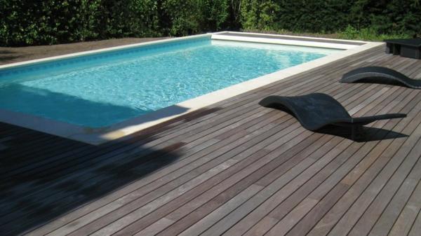 piscine-en-bois-rectangulaire-chaises-longues-noires
