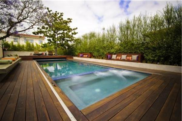 piscine-en-bois-rectangulaire-espace-de-repos-et-joli-jardin-vert