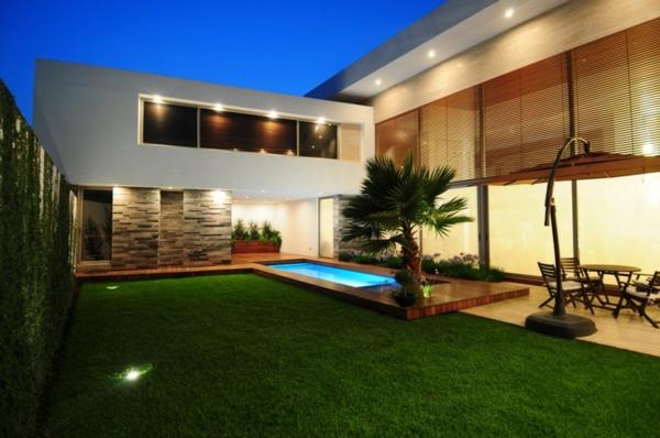 piscine-en-bois-rectangulaire-extérieur-fantastique-pelouse-et-arbre-exotique
